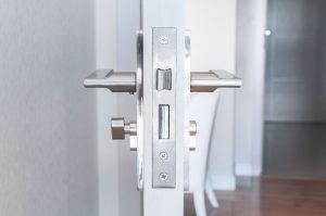 דלתות פנים מבודדות רעשים דלתות בראשית